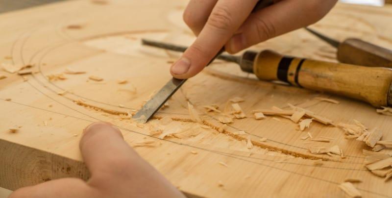Χάραξη σχεδίου επάνω σε ξύλο