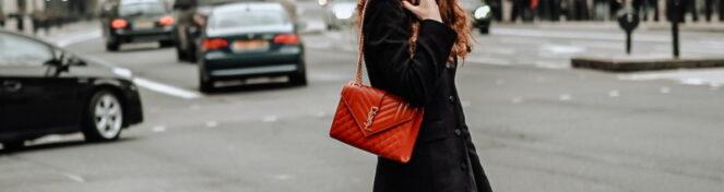 γυναίκα στο δρόμο με τσάντα
