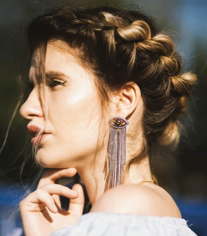 Κρεμαστά σκουλαρίκια σε γυναίκα, προφίλ