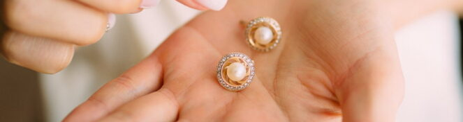 Σκουλαρίκια μέσα σε γυναικεία παλάμη