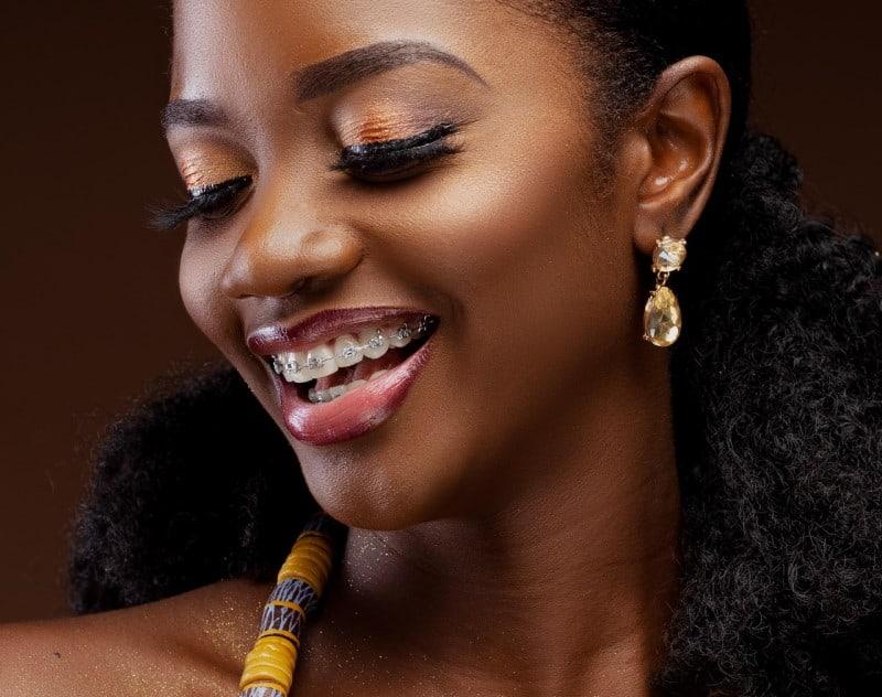 Χρυσά κοντά σκουλαρίκια σε σχήμα δάκρυ σε μαύρη γυναίκα