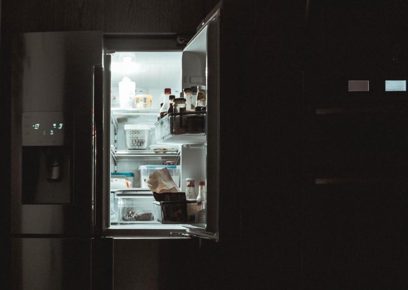 Ψυγείο με ανοιχτή πόρτα και φως.