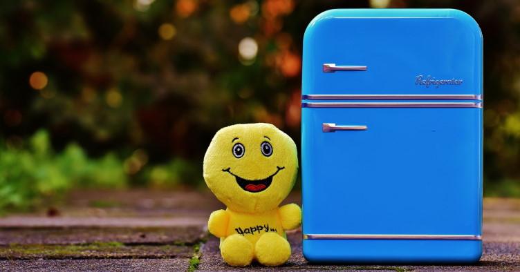 Μινιατούρα ενός ψυγείου δίπλα σε ένα λούτρινο παιχνίδι