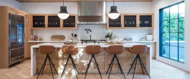 Μοντέρνα κουζίνα με κεντρικό πάγκο και σκαμπό