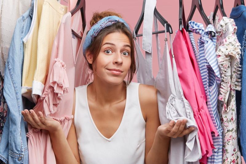 Γυναίκα ανάμεσα σε ρούχα σε μια ντουλάπα
