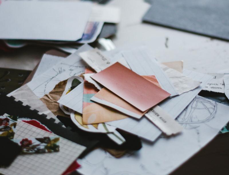 Κομμένα χαρτιά επάνω σε γραφείο