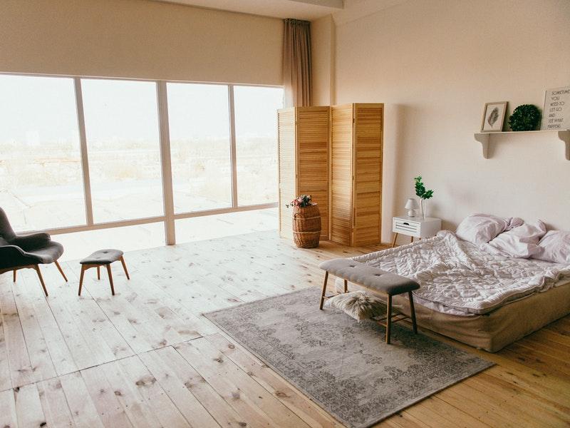 φωτεινό υπνοδωμάτιο με χαλί